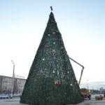 В Атырау молодой человек залез на елку и требовал денег